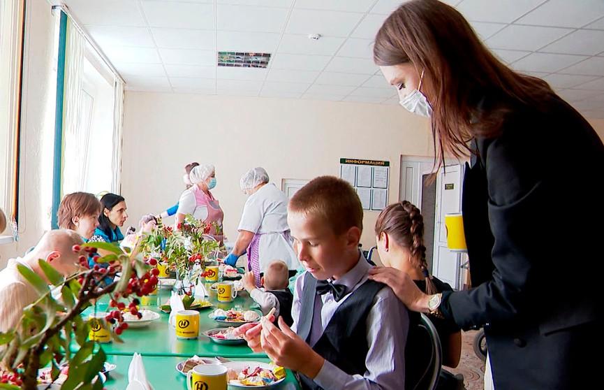 Дневник «Мисс Беларусь»:  участницы посетили детский интернат и организовали творческий вечер