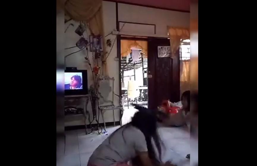 Дочь «добила» «застреленную» из игрушечного автомата мать прикладом