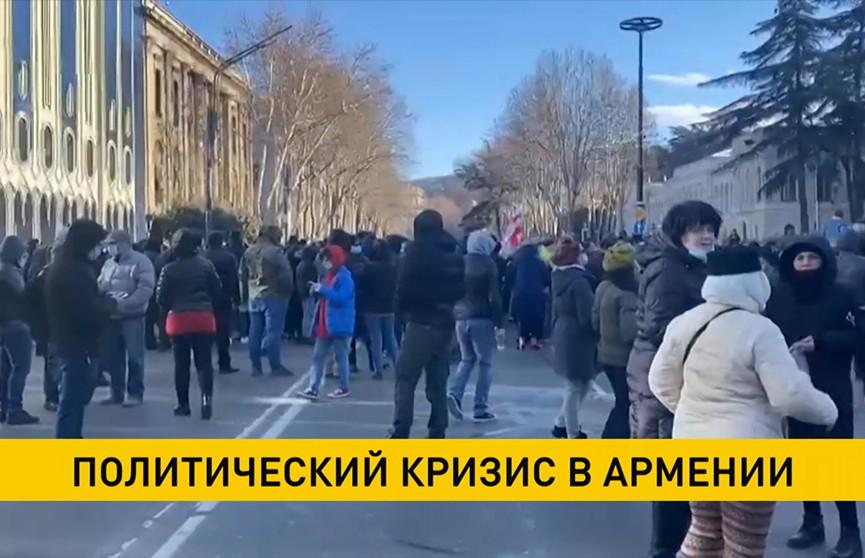 Политический кризис в Армении: противники Пашиняна ворвались в правительственное здание