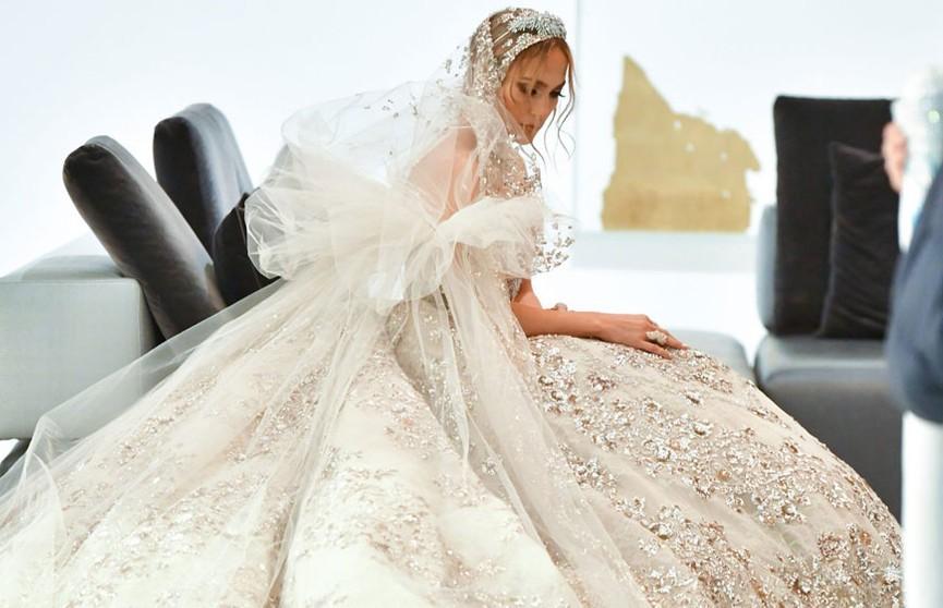 Дженнифер Лопес застали за примеркой свадебного платья