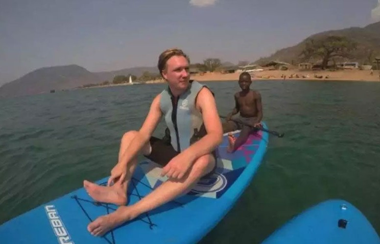 Британец остался инвалидом после купания в африканском озере