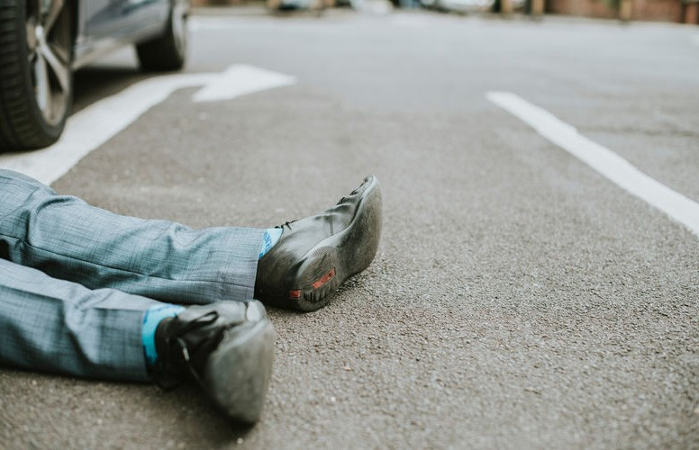 Два автомобиля друг за другом сбили мужчину на трассе М4