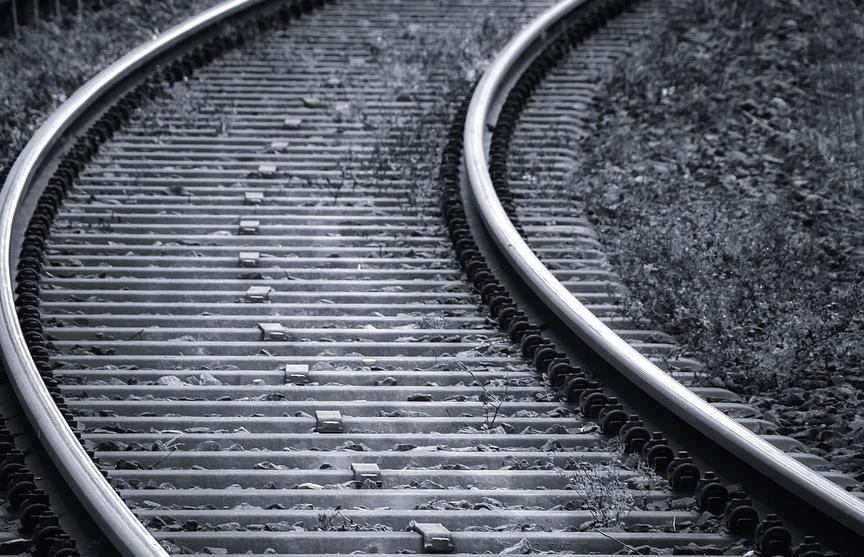 14 человек погибли в результате наезда товарного поезда в Индии