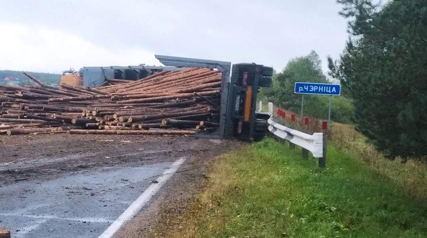 В Логойском районе опрокинулся лесовоз – погиб водитель