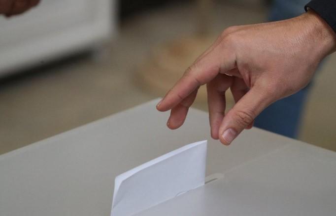 «Работа избирательной комиссии была четко организована, а люди приходили голосовать целыми семьями». Как прошел первый день досрочного голосования?