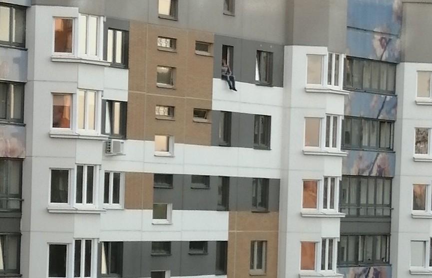 В Минске спасен мужчина, который хотел прыгнуть с 10 этажа высотки на ул. Семеняко
