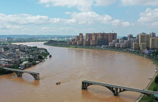Два автомобиля упали в реку из-за обрушения моста на юге Китая