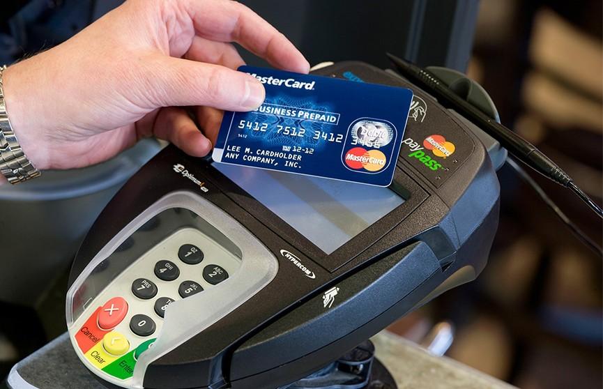 Число бесконтактных платежей уравнялось с числом платежей по микрочипу
