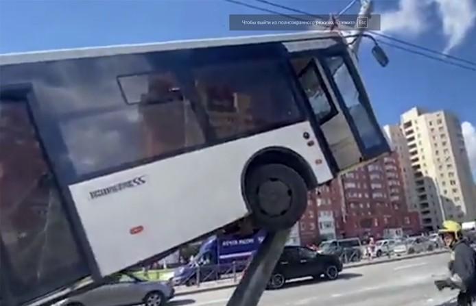 Пассажирский автобус наехал на столб в Петербурге. Шесть человек пострадали (Видео)