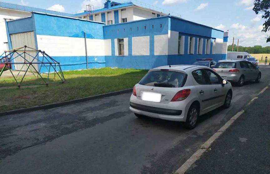 7-летнего мальчика во дворе дома в Мозыре сбил Peugeot