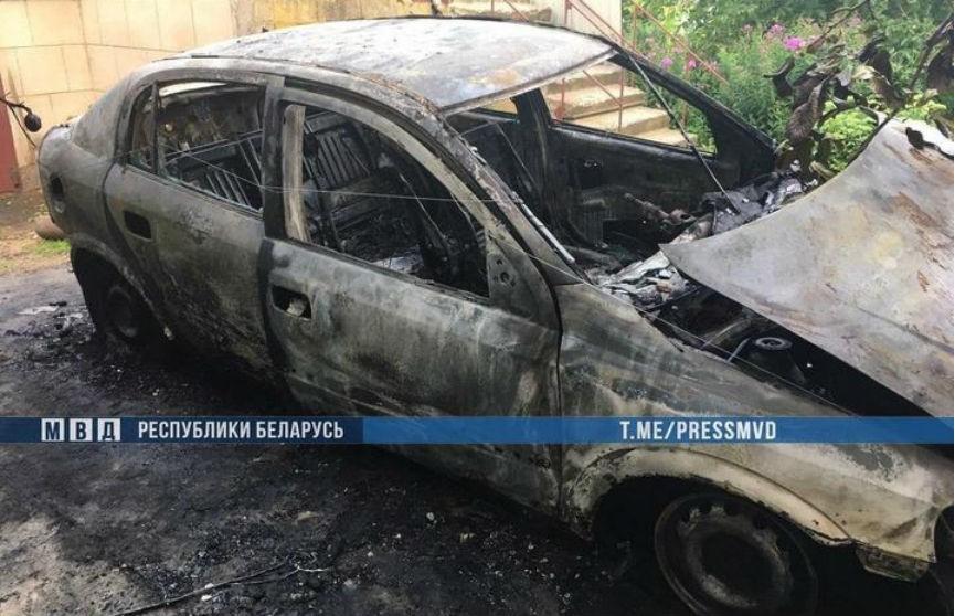 Под Слуцком предприниматель из мести сжег чужую машину и набросился с топором на милиционеров (ВИДЕО)