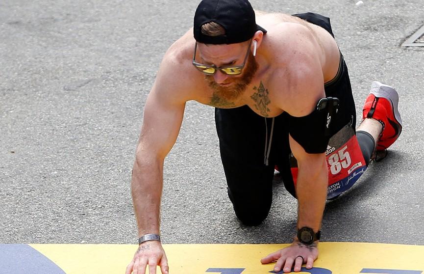 На Бостонском марафоне атлет не смог добежать до финиша, но не сдался и дополз