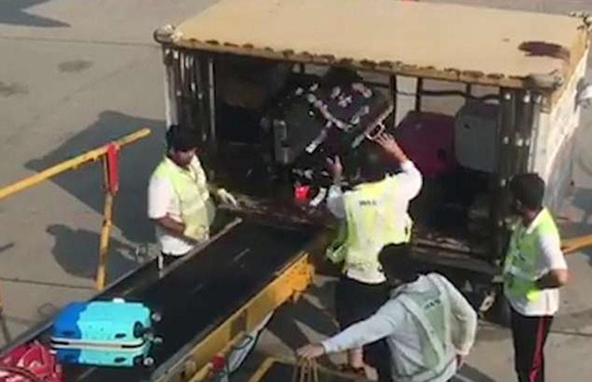 Пассажиры сняли видео ужасающей работы грузчиков в аэропорту Гонконга