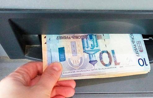 Белорусам разрешат снимать наличные через кассы магазинов