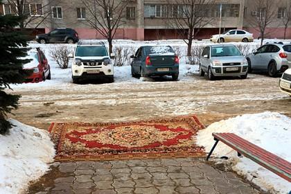 Коммунальщики в Липецке вместо плитки во дворе положили ковер