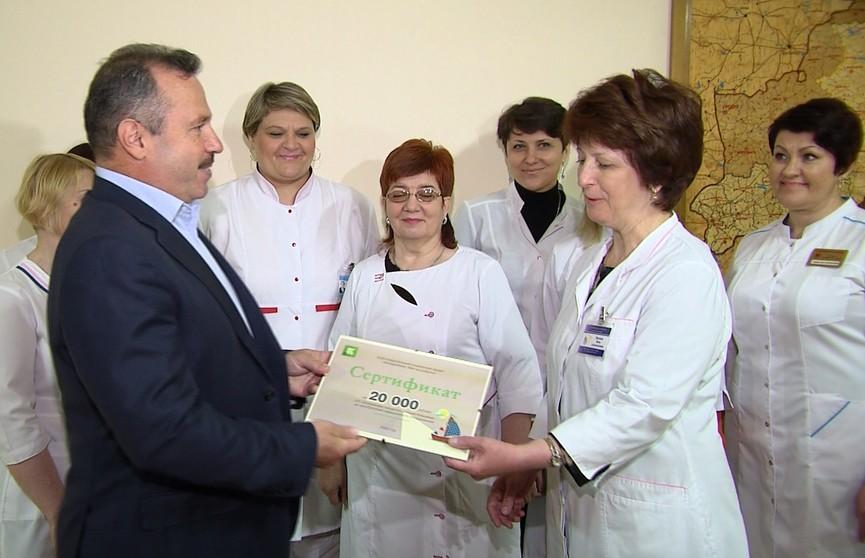Беларусбанк передал сертификат на 20 тыс. рублей Бобруйской городской детской больнице
