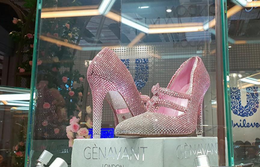 Бриллиантовые туфли за $4,3 млн показали на выставке в Шанхае