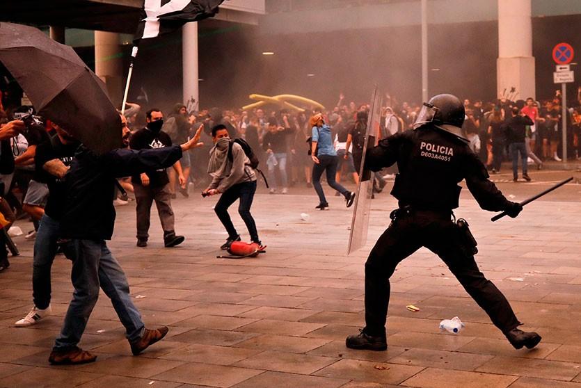 Сторонники независимости Каталонии учинили беспорядки в центре Барселоны. 60 человек пострадали