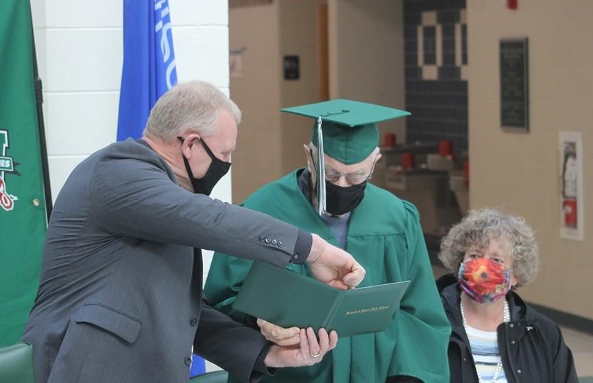 Американец окончил школу спустя 77 лет. Ему пришлось бросить учебу из-за Второй мировой войны