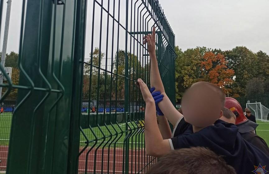 Школьник неудачно перелез через ограждение, проткнул руку и повис на ней