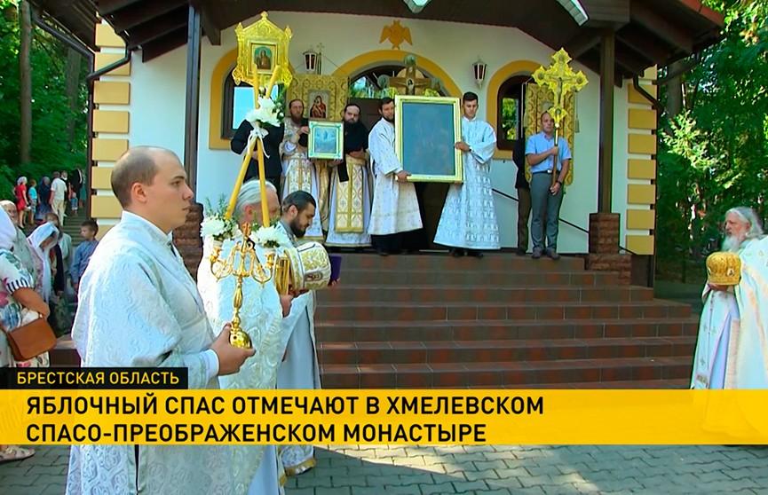 Яблочный Спас отмечают в Хмелевском Спасо-Преображенском монастыре