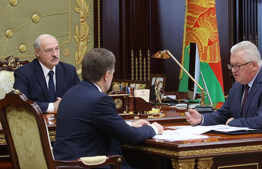 Лукашенко требует защитить учителей в школах от нападок