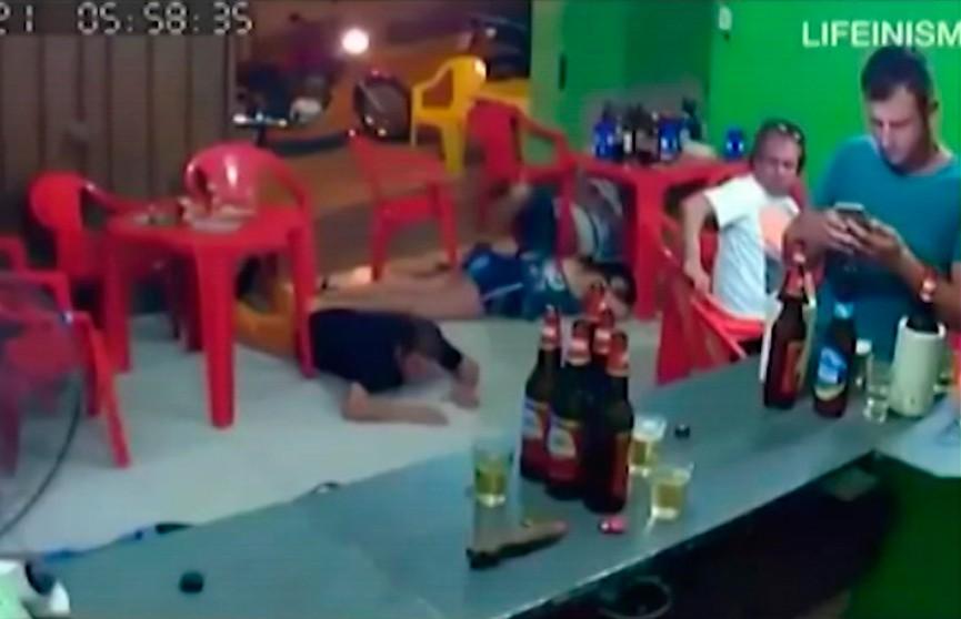 Бразилец слишком увлёкся перепиской в телефоне и не заметил ограбления бара