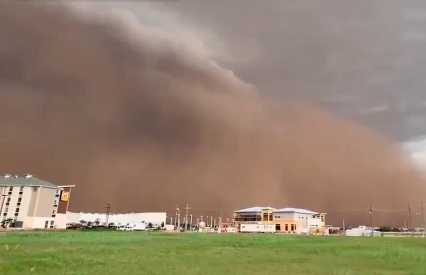 Гигантское грязное облако из песка и пыли накрыло Техас (ВИДЕО)