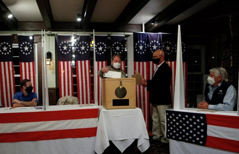 Выборы в США: Байден выиграл голосование на первом открывшемся участке