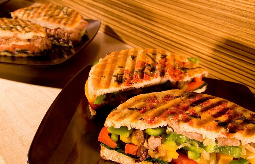 Банкир-миллионер лишился работы из-за кражи бутербродов в кафе
