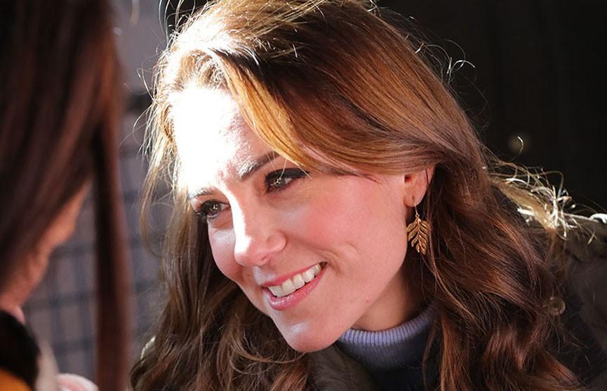 Повседневный шик: Кейт Миддлтон в обычной водолазке восхитила публику