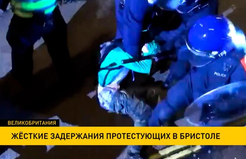 В Великобритании полицейские жестко избили протестующего, когда тот лежал на земле