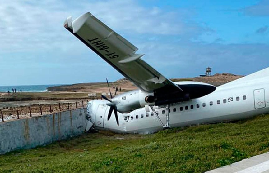 Грузовой самолет врезался в ограждение в международном аэропорту столицы Сомали