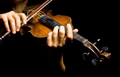Вы такое когда-нибудь видели? Женщина сыграла на скрипке во время операции на мозг (ВИДЕО)