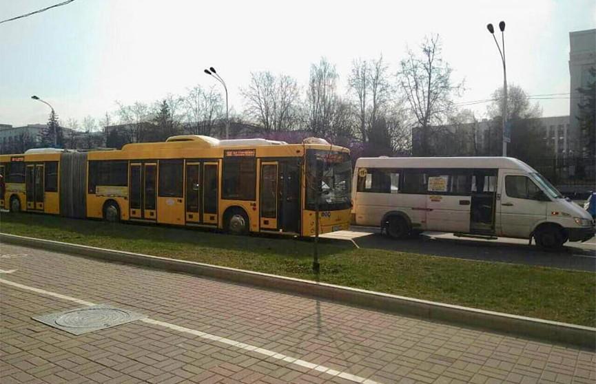 Два человека пострадали в результате столкновения маршрутки и автобуса в Минске