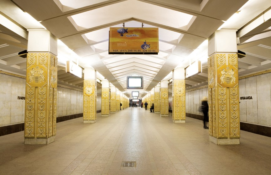 На первой линии метро в Минске было остановлено движение: пассажир упал под движущийся поезд