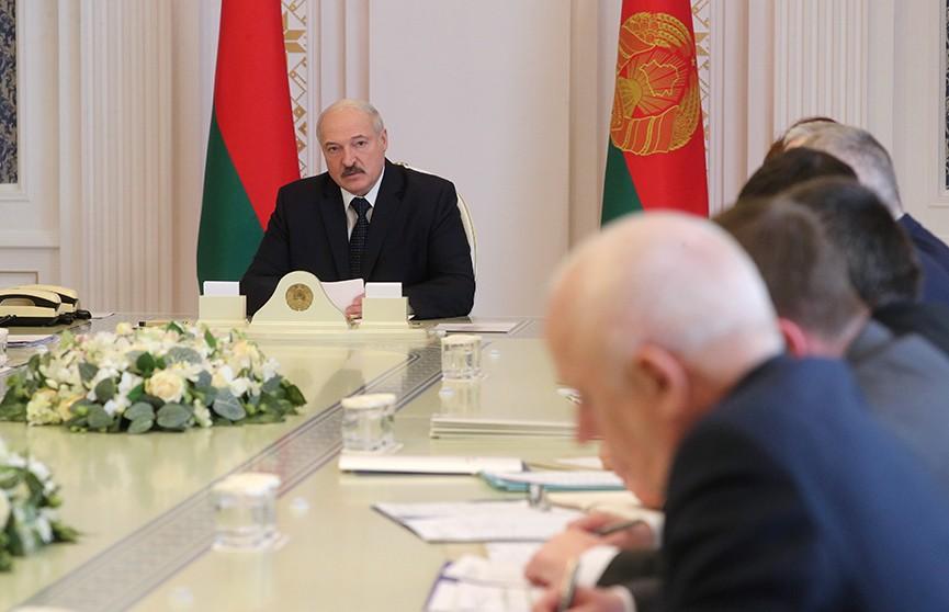Лукашенко предупредил правительство: если не решите проблемы с наличием масок, вместо вас будут работать другие