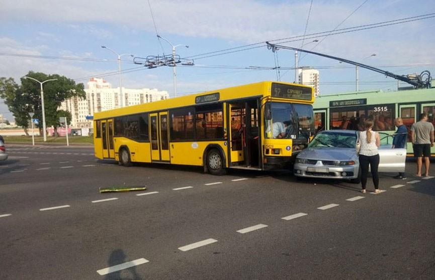 Автобус и легковой автомобиль столкнулись в Минске