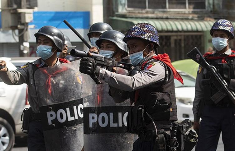 В Мьянме не менее шести человек погибли при разгоне протестов