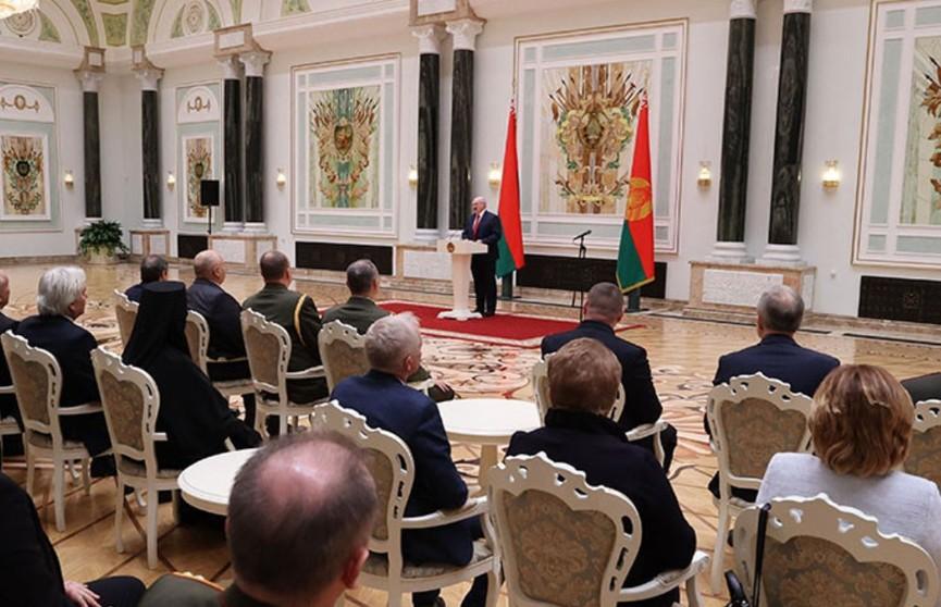 Президент Беларуси вручил госнаграды заслуженным деятелям различных сфер