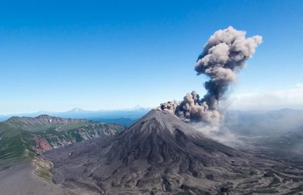 Столб пепла высотой в 3 км выбросил вулкан Карымский на Камчатке