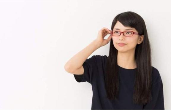 «А если очки упадут на еду»: японкам запрещают появляться на работе в очках