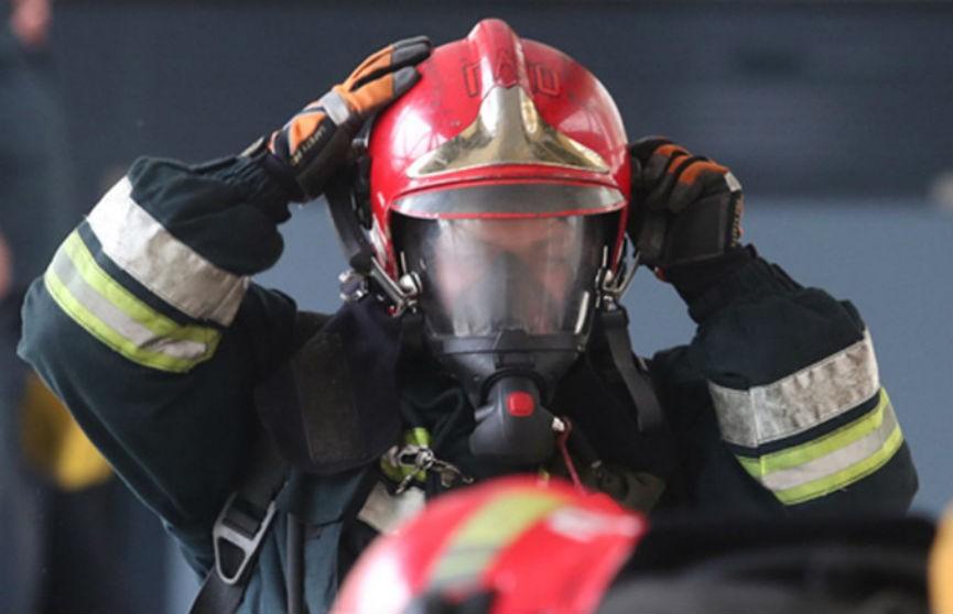 Пожар вспыхнул в здании автомастерской в Белоозерске