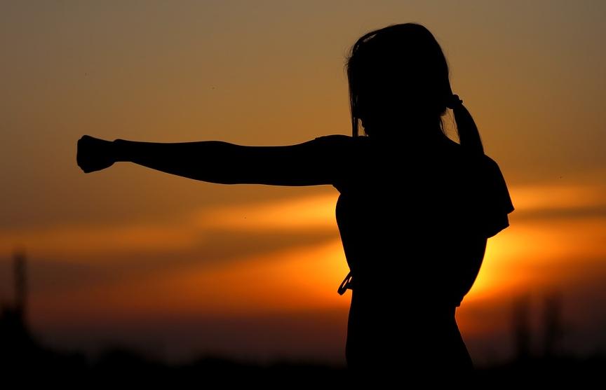 Девушка жестоко наказала борца, отправившего ее «мыть посуду» (ВИДЕО)