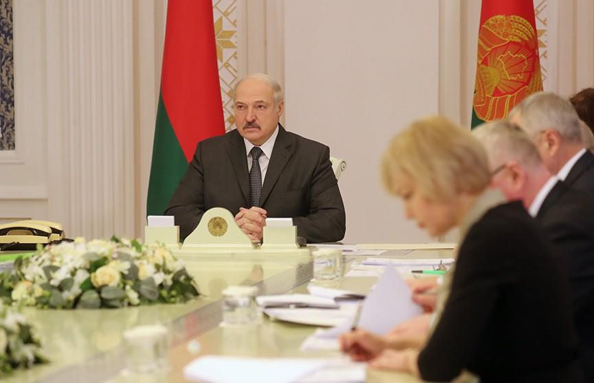 Александр Лукашенко: Материальное положение госслужащих должно соответствовать уровню жизни населения