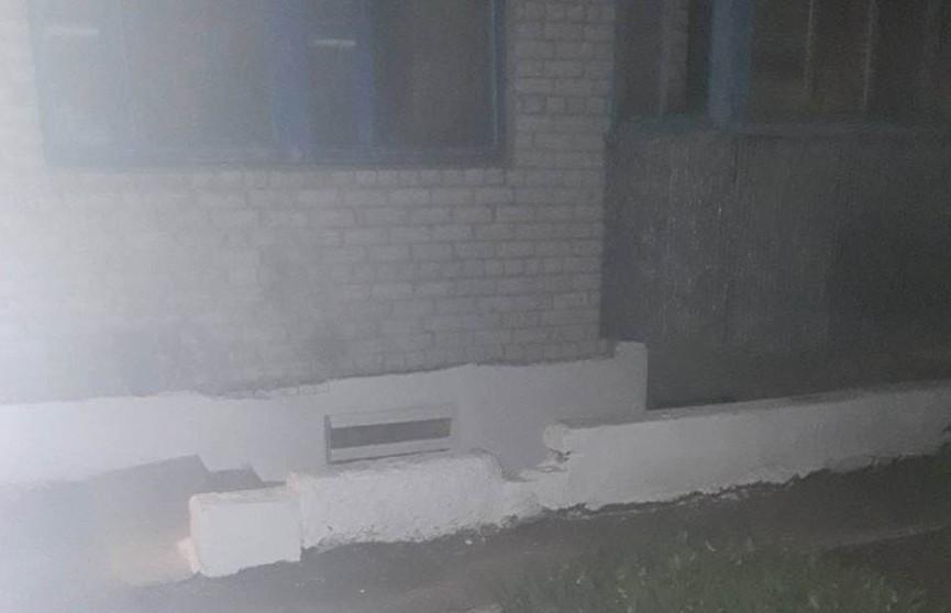 Спасатели вытащили мужчину из горящего подвала пятиэтажки в Копыле