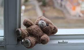 В Светлогорске с четвёртого этажа выпал трёхлетний ребенок. Отец отлучился в магазин