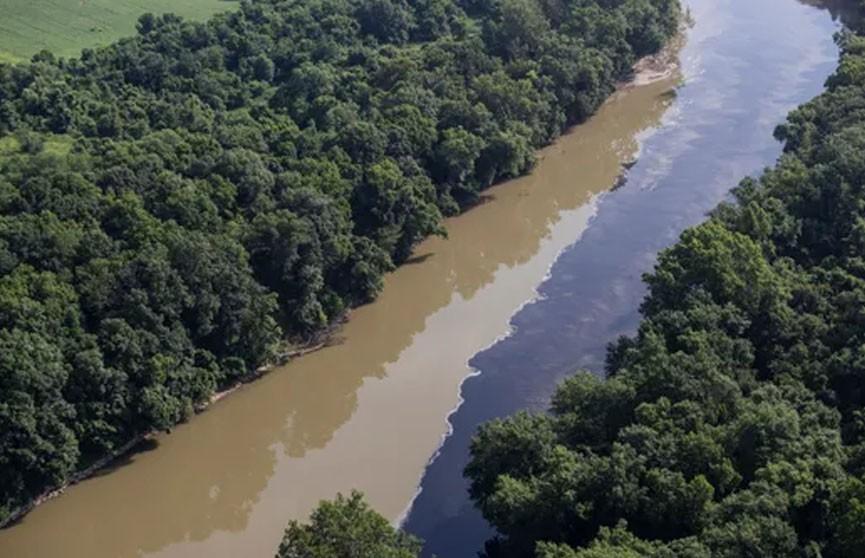 Алкоголь потек по реке после пожара на складе с бурбоном в Кентукки