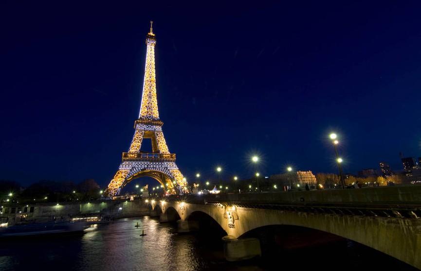 Эйфелева башня погасит огни в память о Жаке Шираке