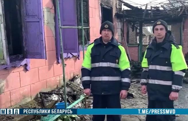 Работники ГАИ заметили пожар и успели вытащить из горящего дома мужчину